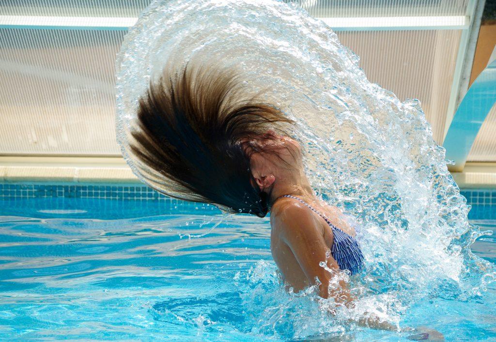 Antes de lanzarnos a la piscina hay que lavar el pelo para cerrar las cutículas